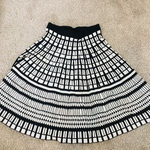 Saks fifth avenue patterned skirt, size xs